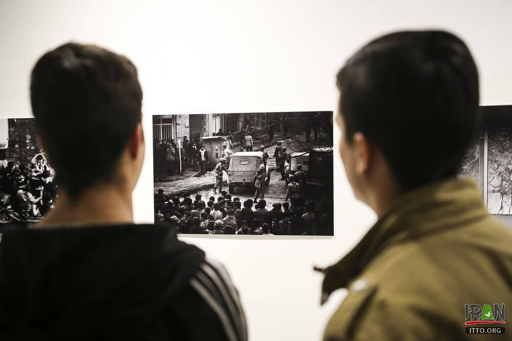 An exhibition displaying photos of the 1979 Islamic Revolution opened at the Iranian Artists Forum on Friday.